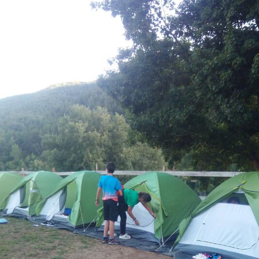 campamento de noche en tiendas de campaña en morgovejo